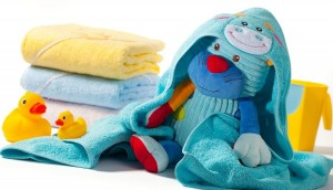 Prosop baie bebe cu gluga colorate