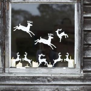 Decoratiuni Craciun pentru geam cu reni si mosi craciuni