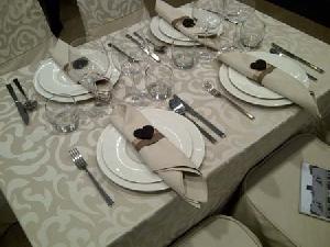 Fete de masa din damasc cu model satinat